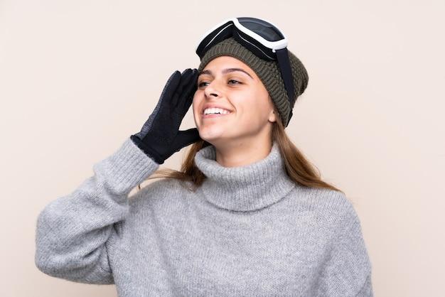 A esquiadora adolescente com óculos de snowboard percebeu algo e pretendia a solução