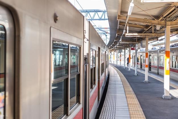 A estação de trem em japão limpe limpo e novo no sistema de transporte central do metro urbano da cidade.