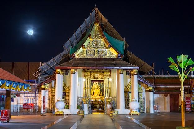 A estátua da buda em wat phra si rattana mahathat é um templo budista em phitsanulok, tailândia.