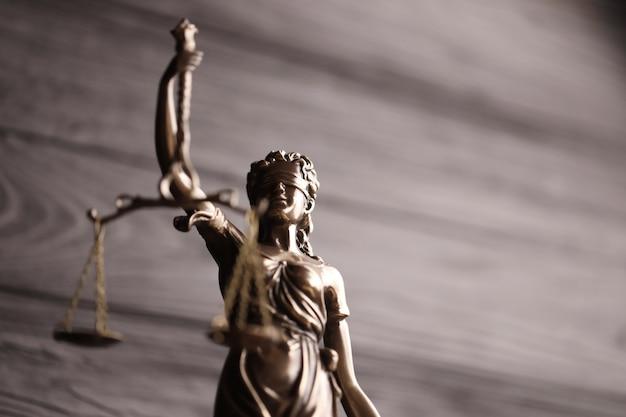 A estátua da justiça - senhora justiça ou justitia a deusa romana da justiça.