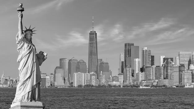 A estátua da liberdade com o fundo do horizonte da cidade de manhattan, pontos turísticos da cidade de nova york, eua