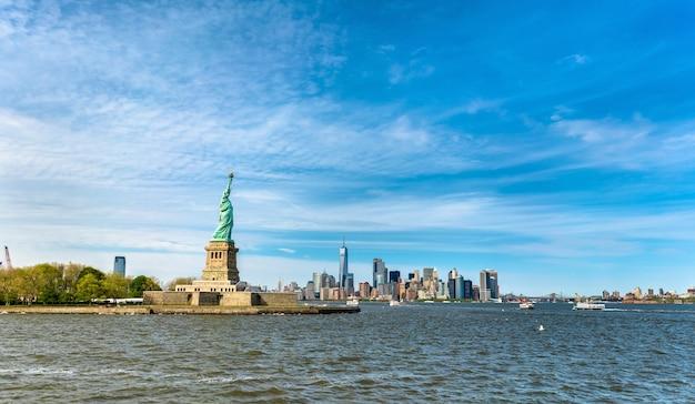 A estátua da liberdade e manhattan em nova york, eua