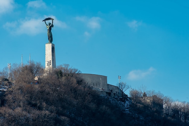 A estátua da liberdade na colina gellrt em budapeste, hungria