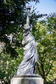 A estátua da liberdade nos jardins de luxemburgo, paris