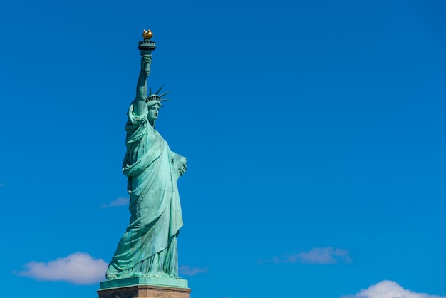 A estátua da liberdade sob a parede do céu azul, lower manhattan, nova york, arquitetura e construção
