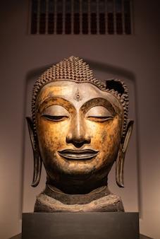 A estátua de buda da cabeça danificou o período de ayutthaya.