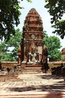 A estátua de buda está danificada na cidade velha, na província de ayutthaya.