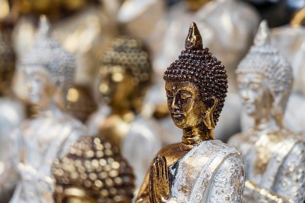 A estátua de buda figura uma lembrança em exposição à venda no mercado de rua em ubud, bali, indonésia. vitrine de loja de artesanato e souvenirs, de perto