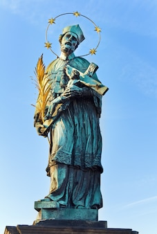 A estátua de joão de nepomuk na ponte carlos
