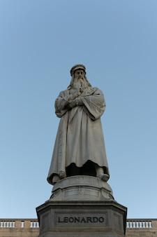 A estátua de leonardo da vinci no céu azul claro