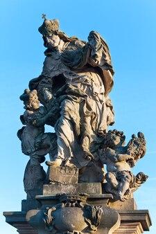 A estátua de santa ludmila com o pequeno wenceslas na ponte carlos. praga, república tcheca