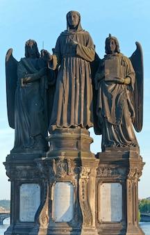 A estátua de são francisco de assis na ponte carlos