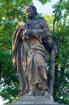A estátua de são judas tadeu na ponte carlos