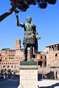 A estátua do primeiro imperador de roma, augusto, localizada perto de seu próprio fórum (via del fori imperiali em roma)