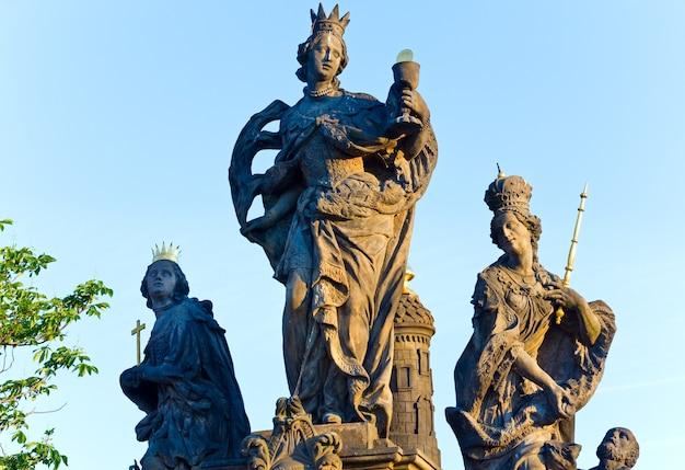 A estátua dos santos bárbara, margarida e elizabeth na ponte carlos (praga, república tcheca). esculpido por ferdinand brokoff em 1707