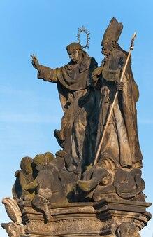 A estátua dos santos vincent ferrer e procópio na ponte carlos