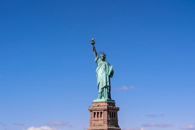 A, estátua liberdade, sob, a, céu azul, fundo, abaixar, manhattan, cidade nova iorque