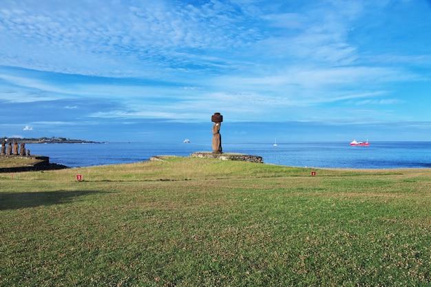 A estátua moai em ahu tahai na ilha de páscoa, chile
