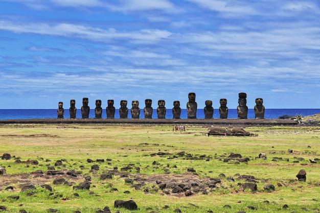 A estátua moai em ahu tongariki na ilha de páscoa, chile