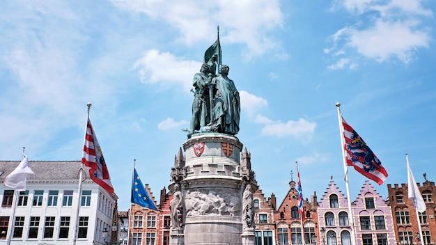 A estátua na praça do mercado em bruges na bélgica