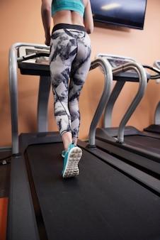 A esteira é um ótimo exercício para as pernas