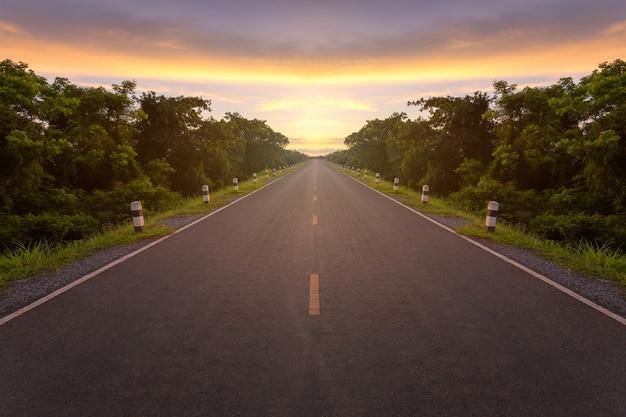 A estrada asfaltada e a luz solar vazias do borrão e assinam que sucesso do símbolo. conceito de sucesso.