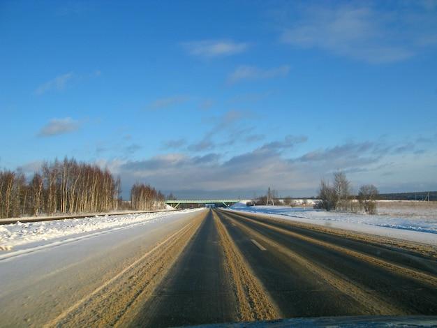A estrada com neve na rússia no inverno