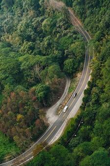A estrada com os carros que correm essa vista da gôndola levanta na área do ropeway do lago moon de sun no distrito de yuchi, nantou county, taiwan.