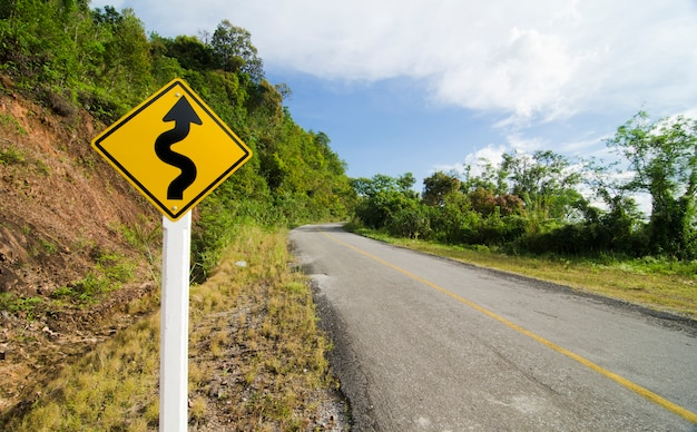 A estrada curva e céu azul