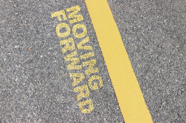 A estrada de asfalto tem uma faixa amarela, citações tipográficas inspiration.