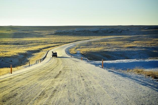 A estrada de encurvamento gelada com fundo do por do sol dourado no inverno em islândia.