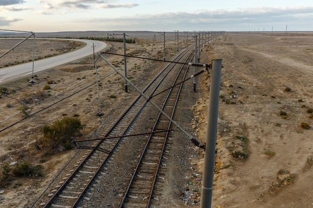A estrada de ferro nas estepes do azerbaijão, vista dos trilhos da ponte