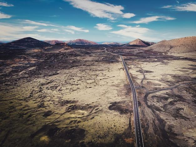 A estrada é cercada por lava vulcânica