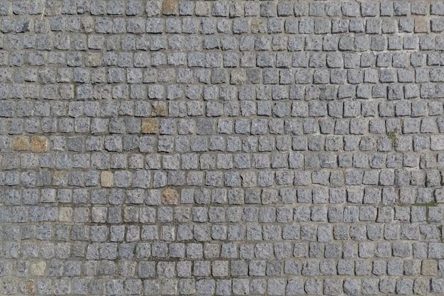 A estrada é pavimentada com pedras de granito