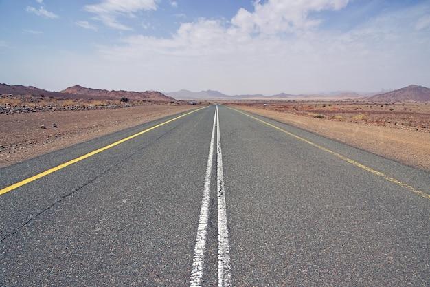 A estrada em al shaq great canyon, arábia saudita