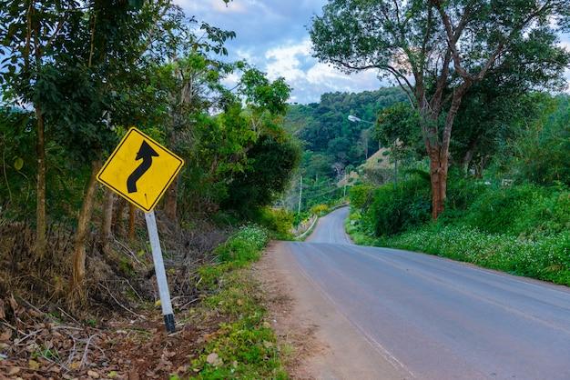 A estrada lateral de placa para mostrar sobre a estrada de condição como um local de labirinto é muito alto a uma montanha