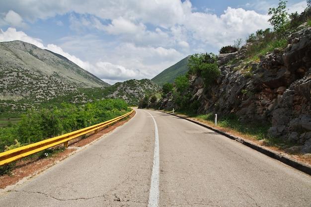 A estrada nas montanhas verdes da bósnia e herzegovina