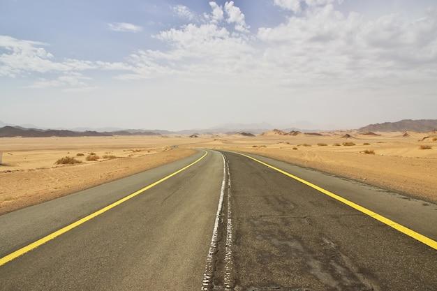 A estrada no deserto da arábia saudita