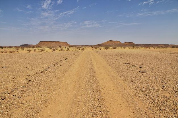 A estrada no deserto do saara, sudão