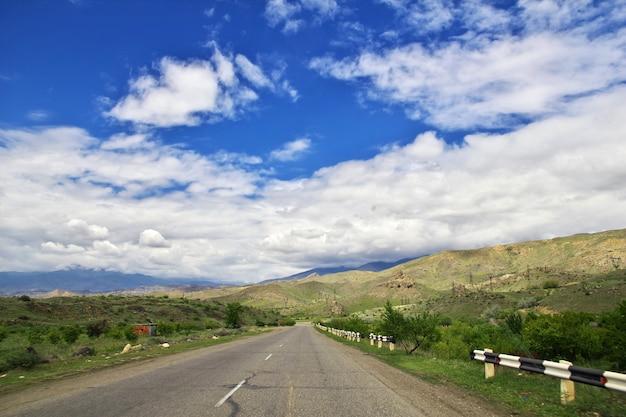 A estrada no vale nas montanhas do cáucaso da armênia