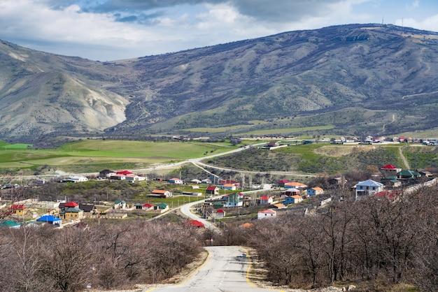 A estrada para a aldeia está localizada no vale da montanha