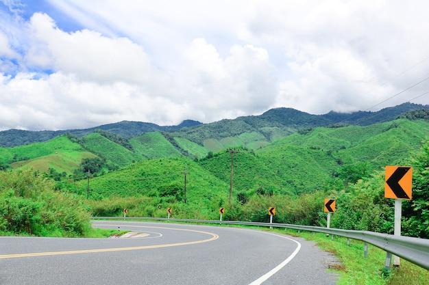 A estrada para a montanha. a estrada para a montanha verde com rótulo wayside.