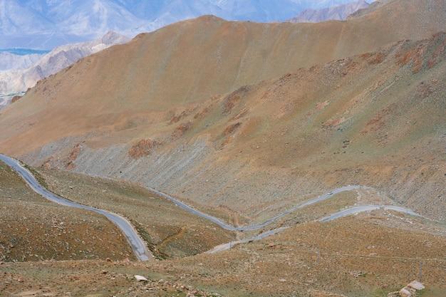 A estrada para a montanha da região do himalaia no norte da índia é a seção do himalaia