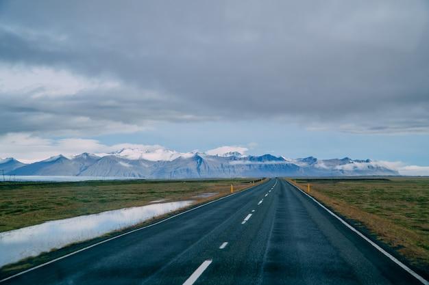A estrada passando no horizonte