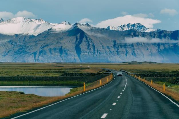 A estrada que atravessa o horizonte, a paisagem islandesa. dia nublado.
