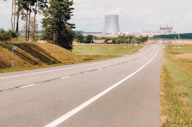 A estrada que leva à usina nuclear no distrito de ostrovets