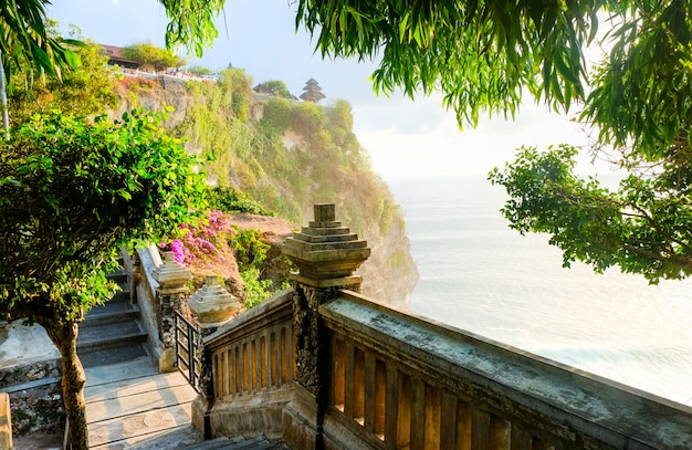 A estrada que leva ao templo de uluwatu. costa de bali, perto do templo de uluwatu, ilha de bali, indonésia