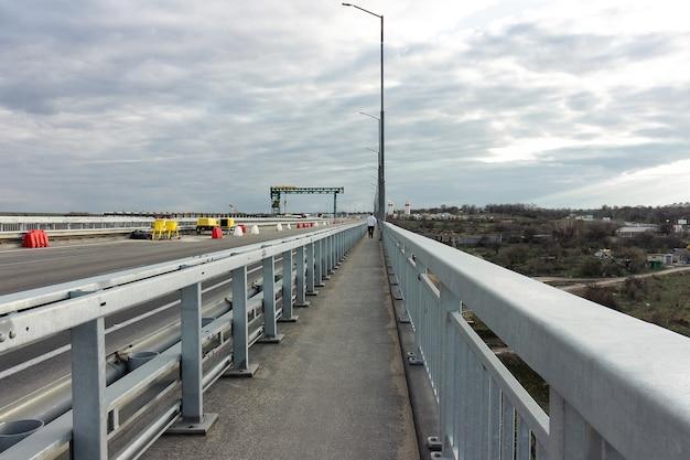 A estrada que se estende para longe na ponte, ucrânia, zaporozhye.