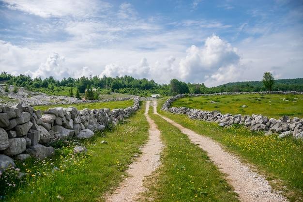 A estrada rural leva a pequenas casas