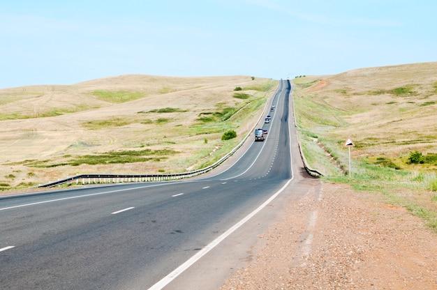 A estrada sobe a colina